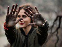 Mujer con las manos sucias